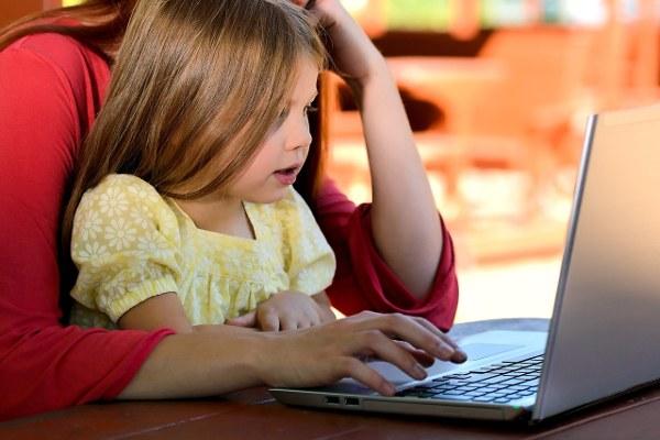 child-read-computer-600x400.jpg